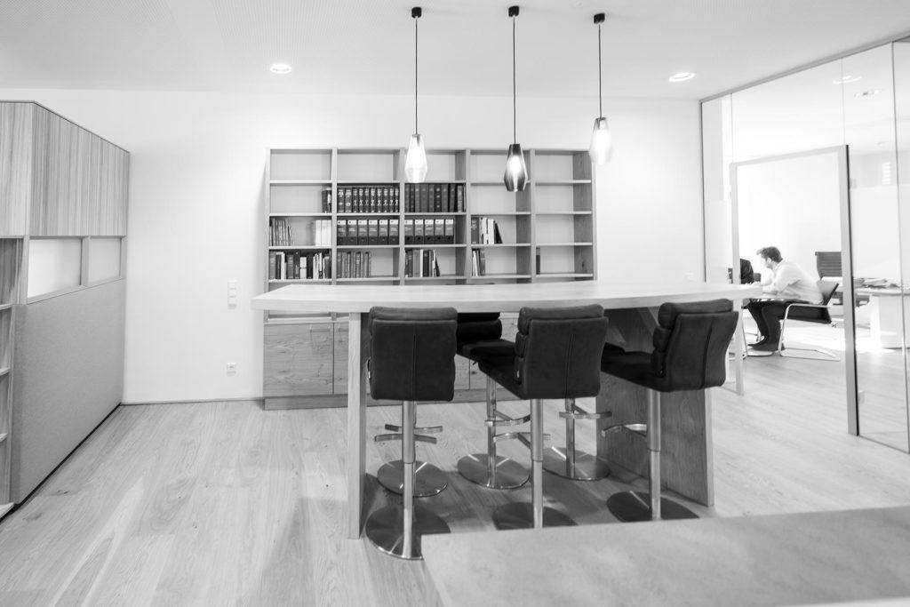 Schwarz-Weiß-Foto des Büros von Notar Codalonga in Bergheim, Planungsleistungen Blaupause Immobilien