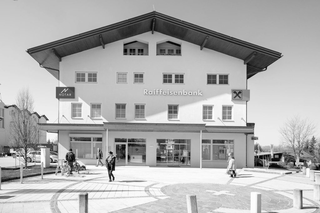 Aussenaufnahme des Büros von Notar Codalonga im Raiffeisenbank-Gebäude in Bergheim in schwarz-weiß, Planungsleistungen Blaupause Immobilien