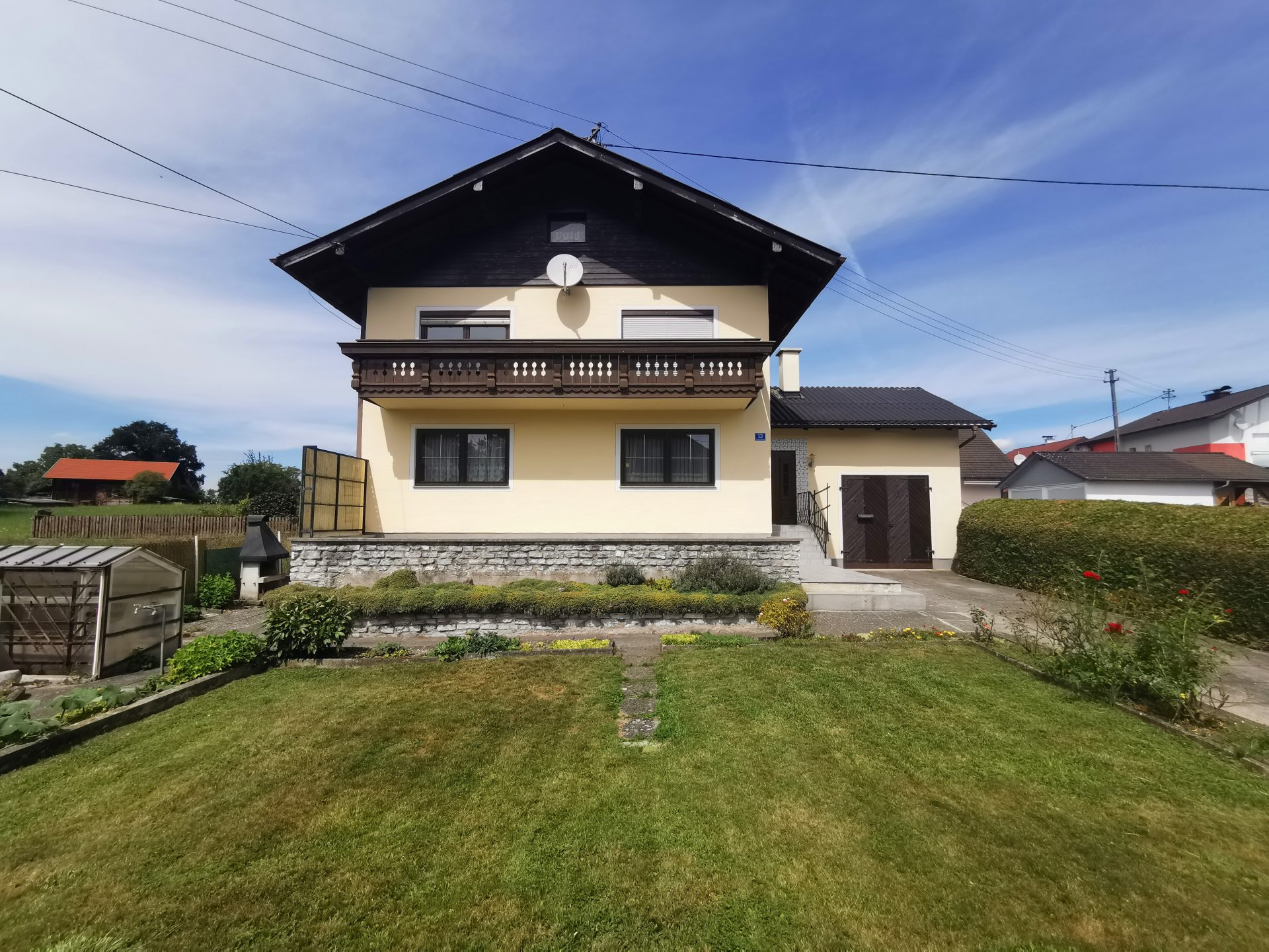 Blaupause-Ostermiething-Einfamilienwohnhaus-Frontalansicht-mit-Garten